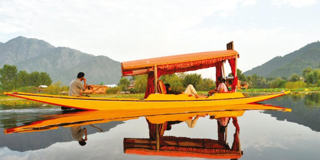 Shikara Ride in Dal Lake | Kashmir Tour Kesari tours