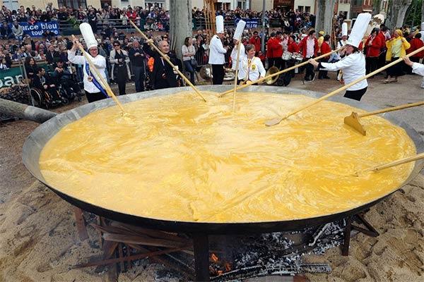 Haux France giant_easter_omelette1